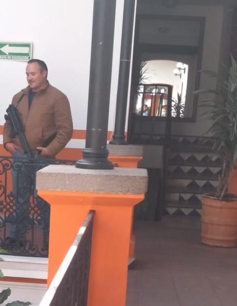 Gente armada en las oficinas del palacio municipal de Almoloya de Juárez (2)