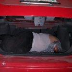 ENCUENTRAN UN HOMBRE MUERTO EN EL INTERIOR DE LA CAJUELA DE UN AUTO  EN IXTAPALUCA