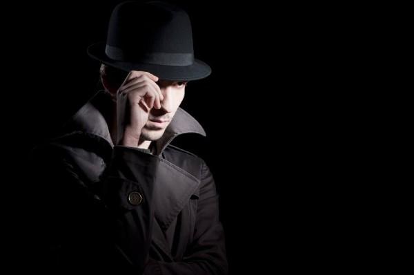 É crime contratar um detetive particular para investigar alguém?