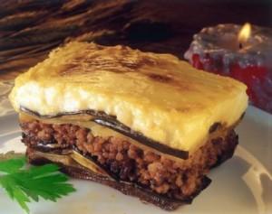 Musaca greceasca cu vinete, carne de vita si sos bechamel