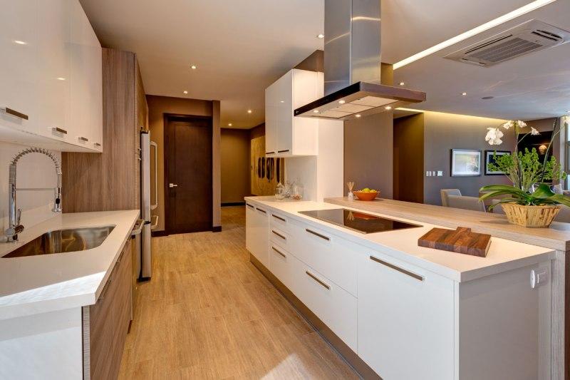 Cocina italiana con espacio adicional para almacenaje y electrodomésticos sofisticados
