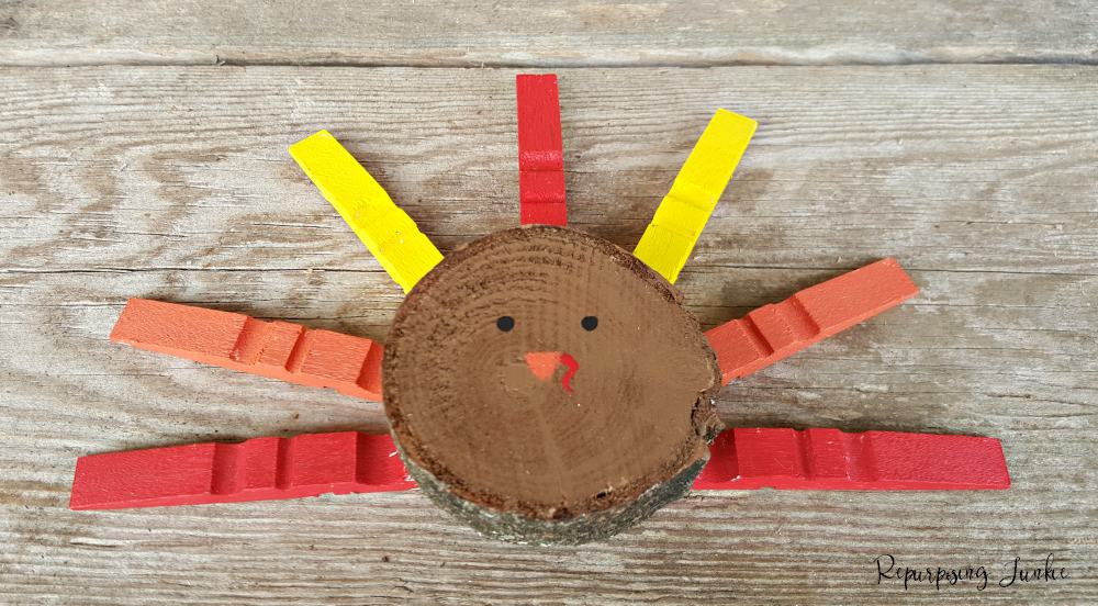 This Wood Slice Turkey is such a quick and easy project, perfect for Thanksgiving