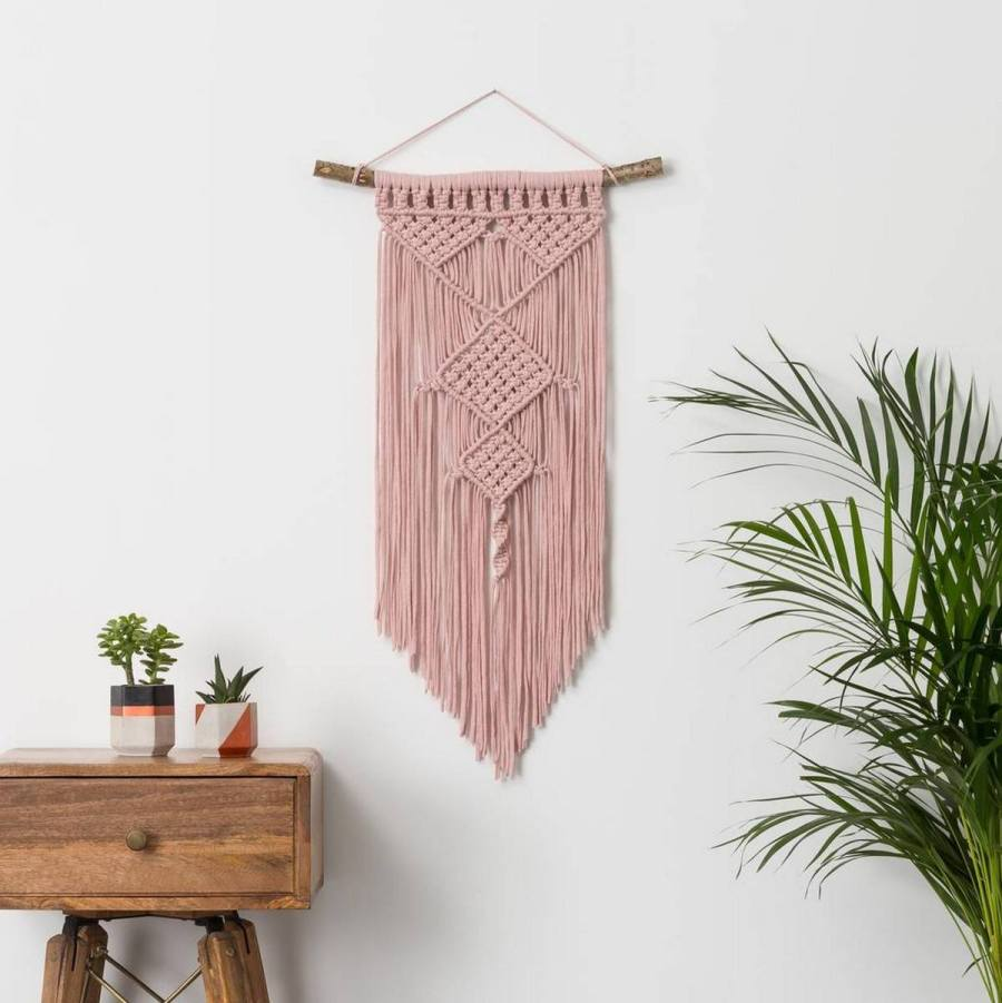 Macrame designs are absolutely marvellous!Use it for wall decorations, baskets, garments and accessories!From wavy curtains and rustic baskets to wedding decorations and stylish pieces of jewellery, macrame designs are hot spots.