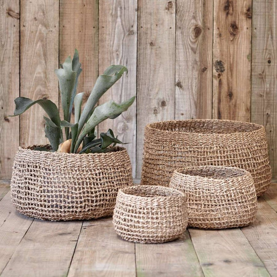 Baskets are ideal to create simple displays for fall and winter, they are sure to add coziness to the space. What to place into them to get a cool and chic look? Here are some examples to rock.