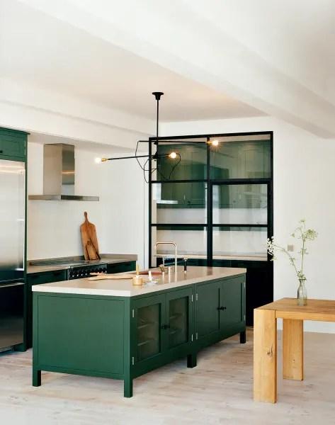 in der osea kuche von plain english trennt ein schlichtes gitter mit glaseinsatzen