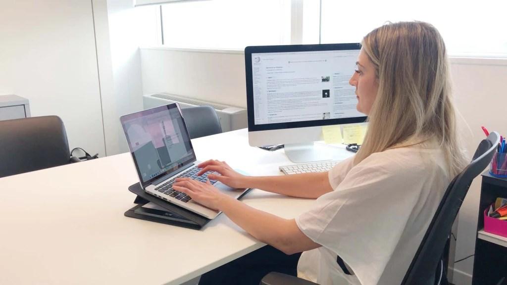 una professionista utilizza DUO  come portalaptop