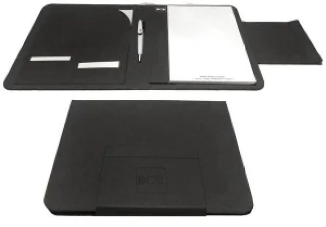 Nella foto si vede Duo porta documenti da anche da viaggio e si vede sia aperto che chiuso con il suo materiale bellissimo e unico e da aperto ha anche il pratico blocco note e la penna stilosa.