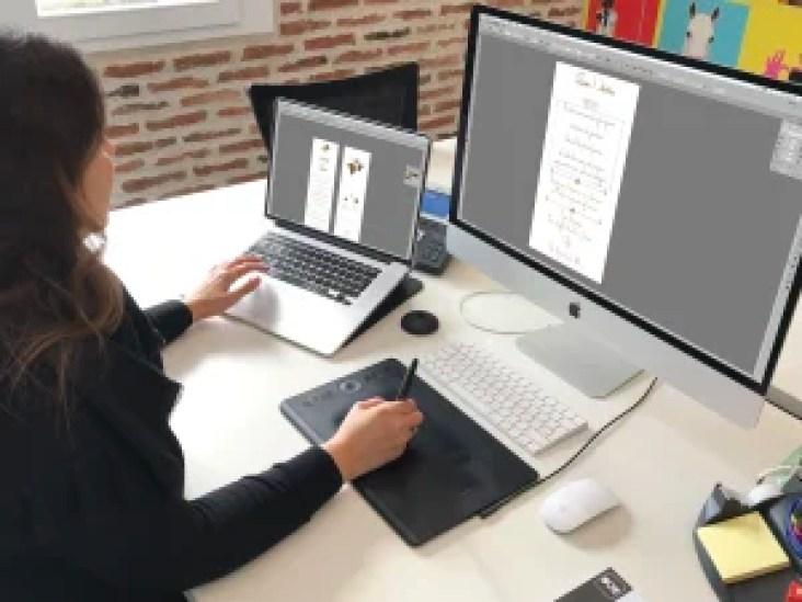Duo portadocumenti da scrivania perfetto per un setup lavoro e postazione. Nell'immagine è presente una scrivania, Duo, un pc e uno schermo con una ragazza che lavora.