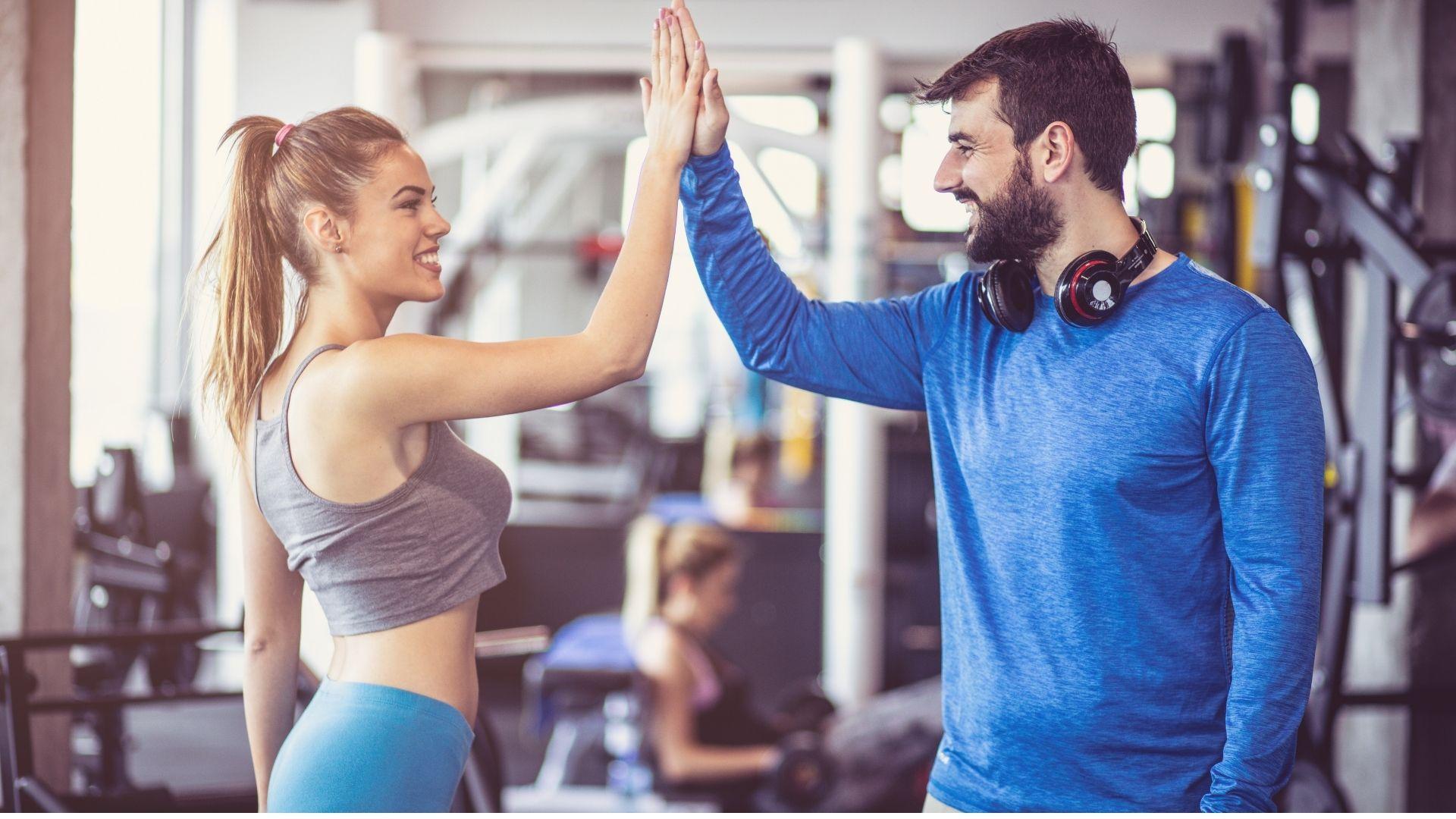 Ilustrasi setelah melakukan olahraga melakukan high five untuk mengurangi ketegangan otot. Foto edit by canva