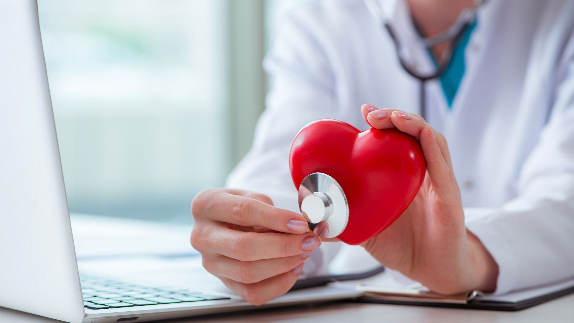 Ilustrasi seorang dokter yang sedang memperlihatkan jantung yang sehat/ foto edit by. canva