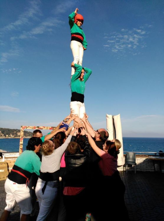 Learn how to build a casteller (human tower)