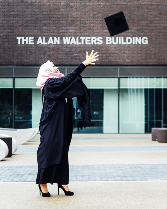 Raeni yang sukses S3 di luar negeri Kisah Sukses Raeni, Anak Tukang Becak Sukses Raih Gelar Doktor di Inggris