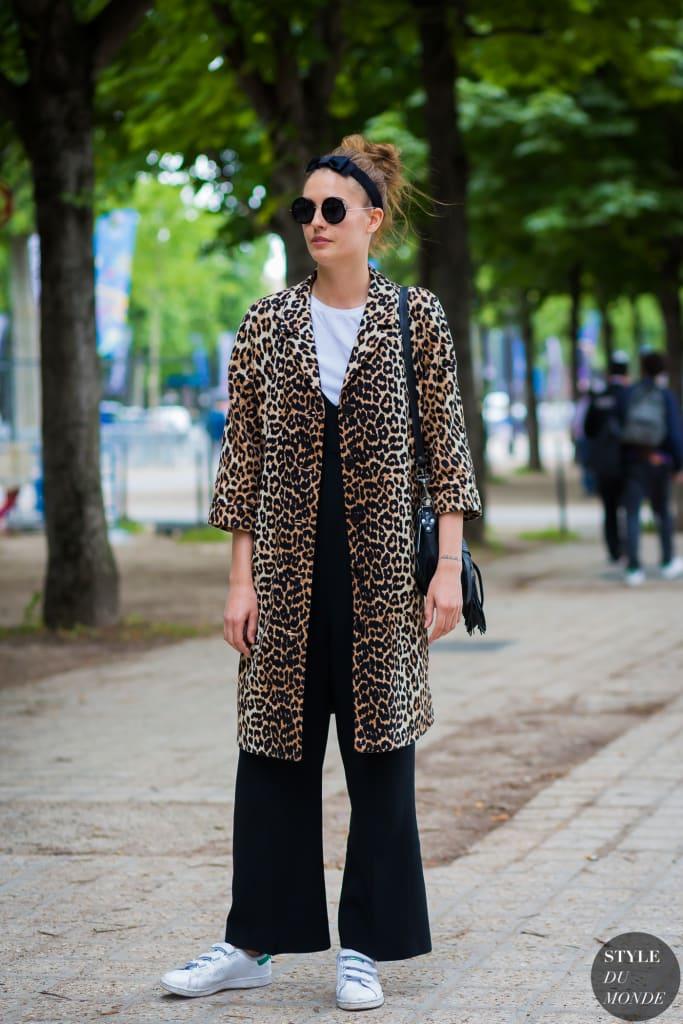 Street style com animal print para iniciantes. Macacão preto, camiseta branca, tênis e casaco de print leopardo