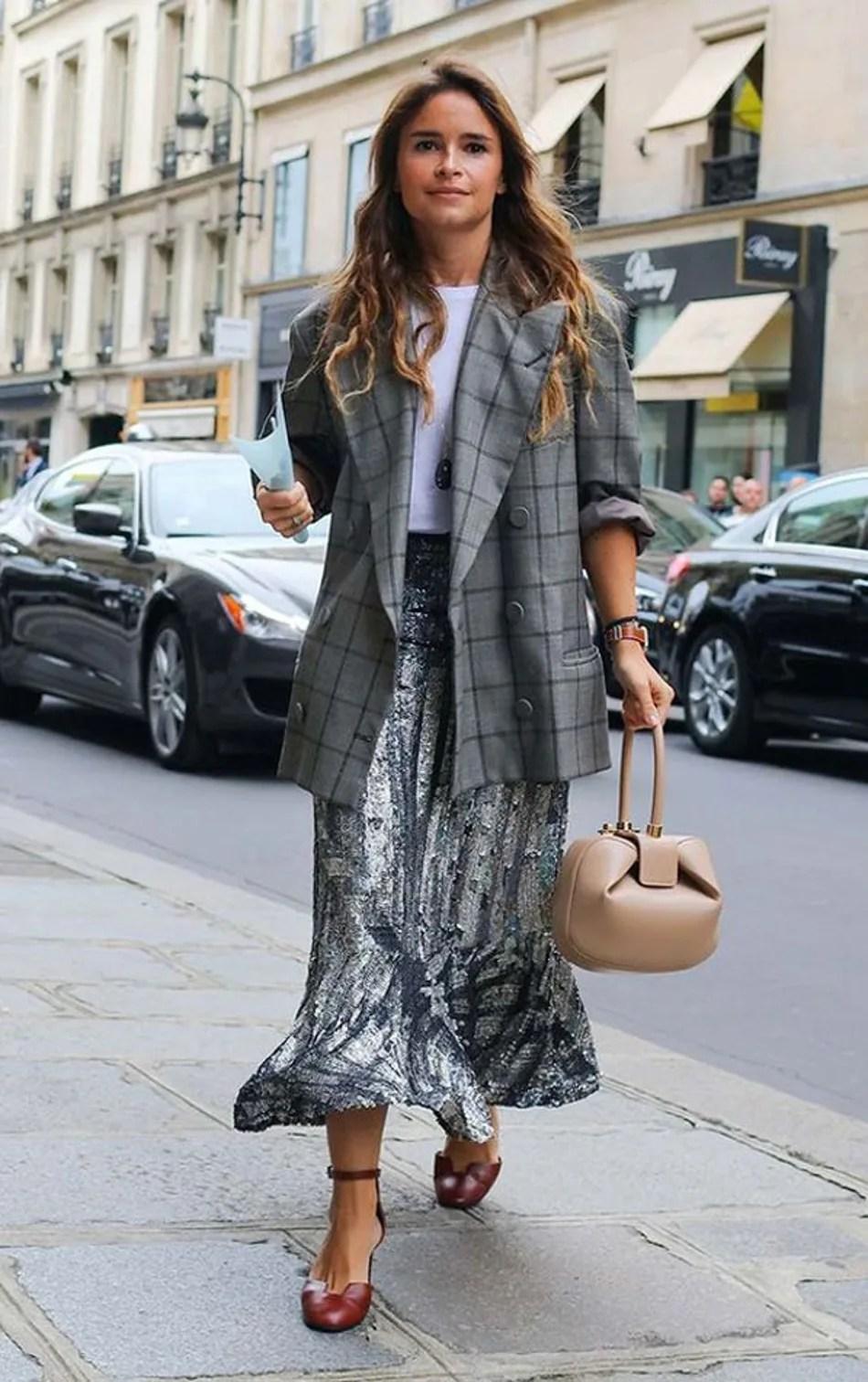 Foto de street style mostrando como usar a saia de gala no dia a dia com blazer.