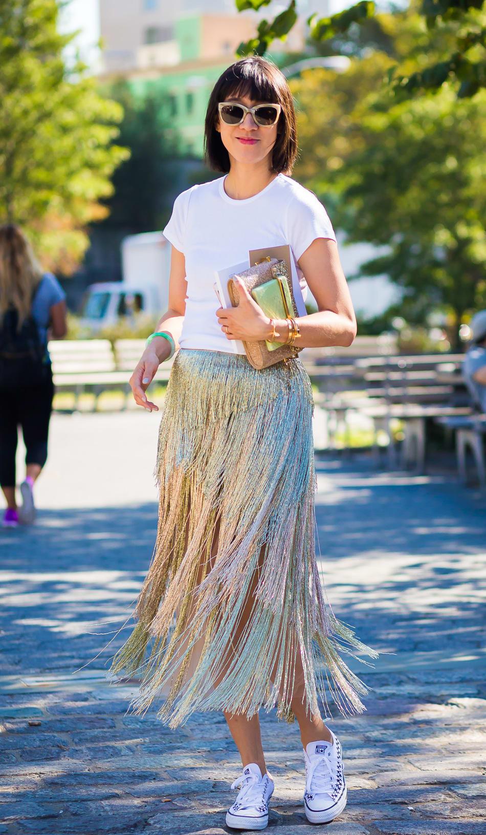 Foto de street style mostrando como usar a saia de gala no dia a dia com tênis branco.