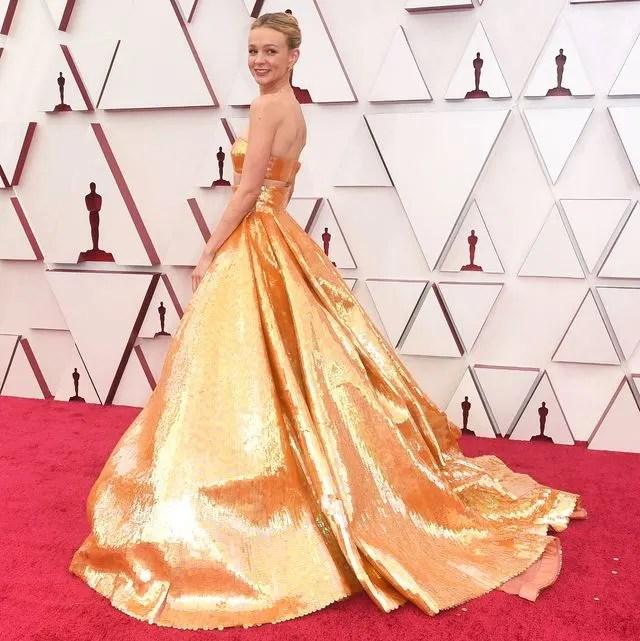 Mais uma foto do mesmo vestido, agora com ela posando de lado para mostrar a imensa cauda.