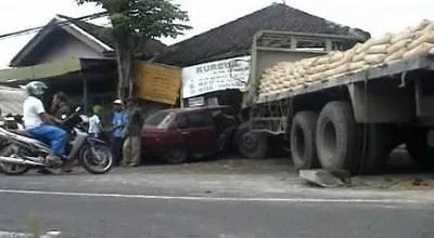 Jembrana_Truk_Jalan_Sendiri_dan_Tabrak_Rumah_Warga_oeg7nn