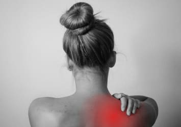 Mujer de espaldas con dolor intenso