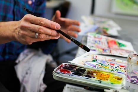 persona siendo creativa pintando