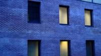 Un perete are nu este albastru ci care, în umbra apusului, pare albastru