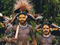 Papuași în costume tradiționale