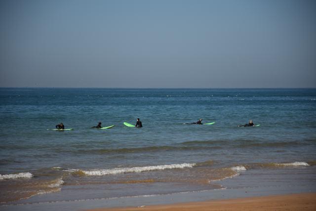 Des surfeurs attendant une belle vague