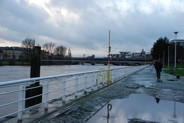 Sur le chemin du retour: la pluie, le ciel, la rivière, c'est bleu pas mal