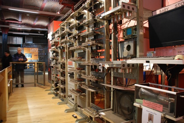 Baby, une machine expérimentale développée à l'université de Manchester. Elle a mené au développement et à la commercialisation du Ferranti Mark 1