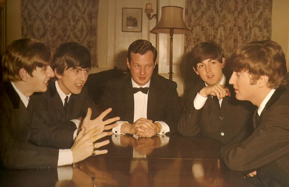 Live: Cavern Club, Liverpool (hora del almuerzo) – Brian Epstein conoce a The Beatles