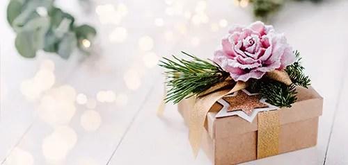 Weihnachtliches Geschenk mit einer Rose drauf