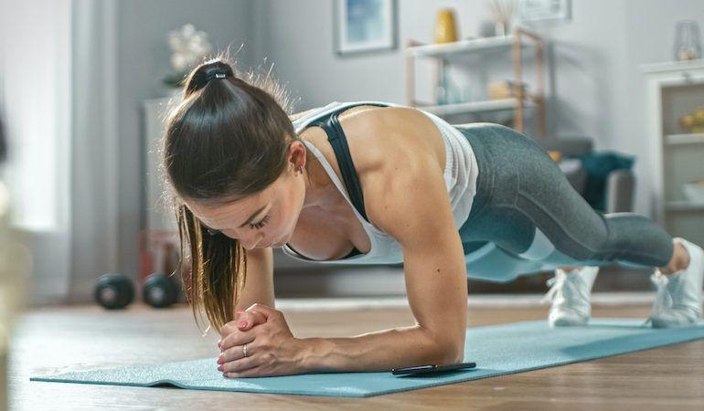 Foto : doc. Pinterest. Seorang perempuan yang sedang melakukan gerakan plank