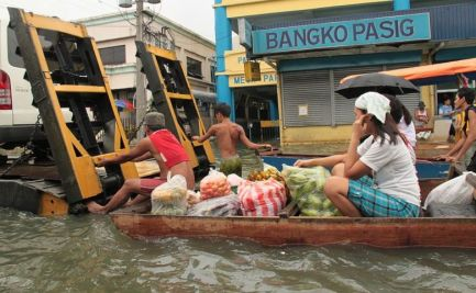 Getting food to market in floods, post Typhoon Ondoy (Ketsana) in the Philippines 2009. Image: AusAID