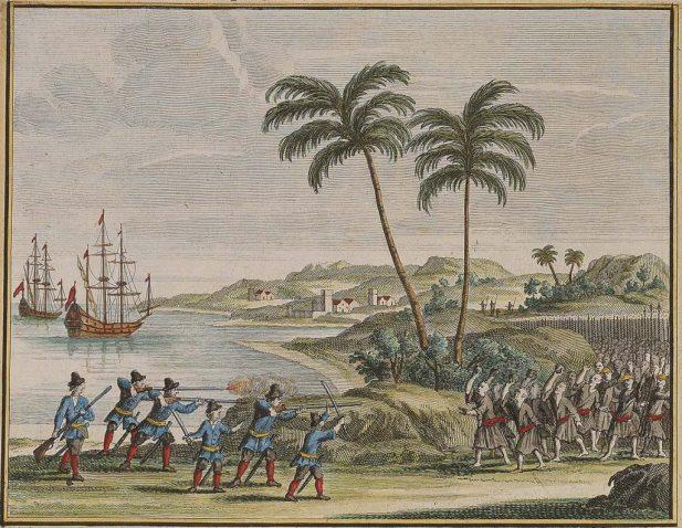 1622 年荷蘭東印度公司 6 名船員,在古雷半島南岸附近遇風漂流上岸,和當地居民起衝突。此處背景為銅山灣,左方一艘為維多利亞號,另一艘為 De Haan 或 Sint Nikolaas 號,皆為荷蘭中型船。 圖片來源│François Valentijn, Oud en Nieuw Oost- Indiën (Dordrecht: Joannes van Braam), 1726, Vol. 4, Part II, Book 3, p. 45. ,取自國立臺灣歷史博物館藏(登錄號2003.015.0127)