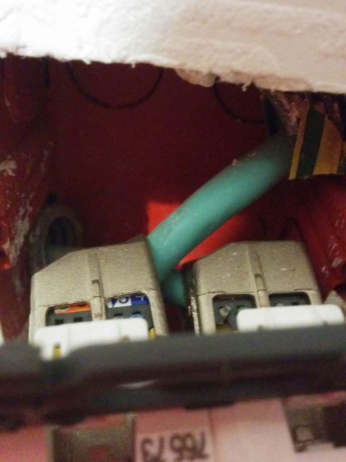 Double Prise RJ45 arrivé des câbles grade 3S du coffret de communication par le bas gauche et le haut droit