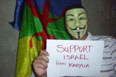 Un militant du MAK de Ferhat Mehenni affiche son soutien à Israël. D. R.
