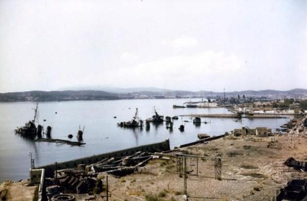 L'importante base navale française de Toulon, photo prise en 1944. On aperçoit les coques submergés du VSS Tartu, du Cassard, de L'Indomptable, du Vautour, de l'Aigle et du Condorcet.