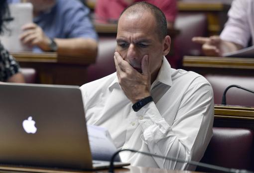 Yanis Varoufakis regarde désespérément son écran d'ordinateur au cours des pourparlers de crise. Photo : Getty