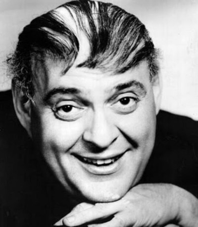 Zero Mostel jouant un producteur de Broadway en banqueroute, dans le film de Mel Brooks en 1967, préfigurait Trump. Il était un pur génie. Notez l'absurde coiffure comique imitée par Trump.