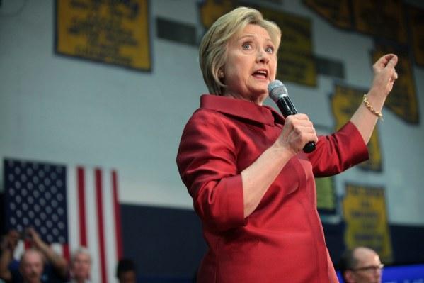 Hillary Clinton prend la parole dans un rassemblement à Phoenix, en Arizona, le 21 mars 2016. (photo : Gage Skidmore)