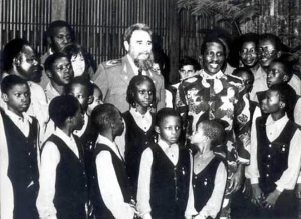 Thomas Sankara et Fidel Castro à l'Ile de la Jeunesse au milieu des jeunes Burkinabè - See more at: http://www.investigaction.net/fidel-castro-thomas-sankara-cuba-burkina-des-liens-encore-meconnus/#sthash.7iXeJ1QQ.dpuf