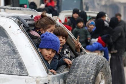 Des enfants attendent d'être évacués d'Alep-Est, le 16 décembre 2016