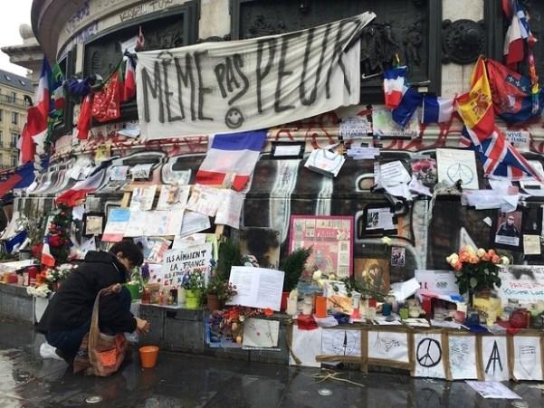 Hommages aux victimes des attentats de janvier et novembre 2015 à Paris, place de la République, le 6 janvier 2016 (MEE/ Roxanne D'Arco)