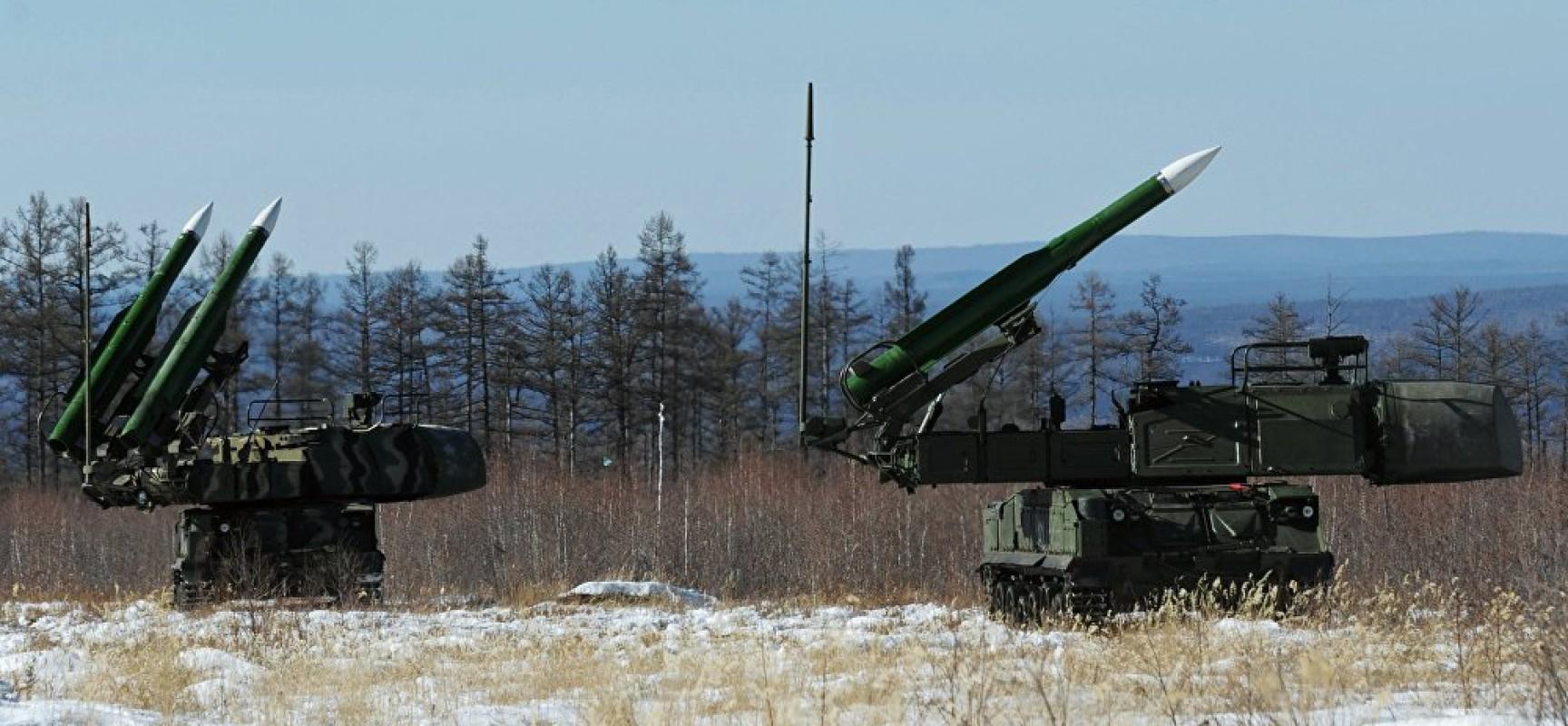 Que font des véhicules militaires russes à la frontière nord-coréenne?