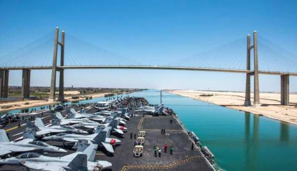 USS George W Bush traverse le canal de Suez