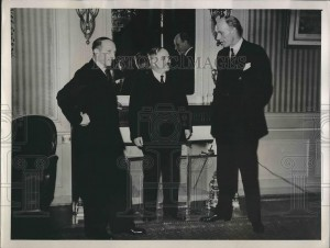 Amb. Geo Bonnet (France), Amb. Ivan Maisky (URSS), et le britannique Lord Halifax.