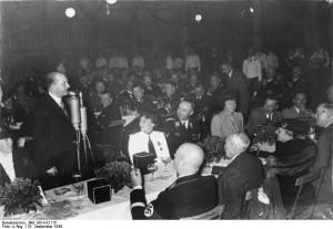 L'ambassadeur de Pologne, Josef Lipski, lors d'un rassemblement du parti nazi, à Nuremberg, en Allemagne, le 10 septembre 1938; 7 mois plus tard, il osera rejeter les propositions allemandes sur le corridor de Dantzig. Source: Archives fédérales allemandes