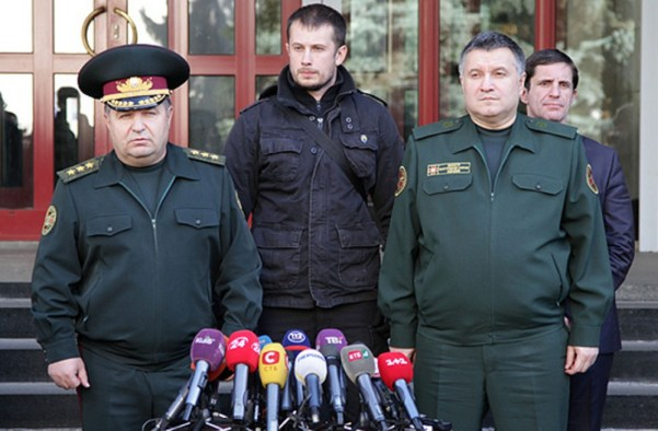 Andriy Biletsky (C) et Arsen Avakov (devant à droite) annonçant l'incorporation du bataillon Azov dans la garde nationale de l'Ukraine, oct 2014