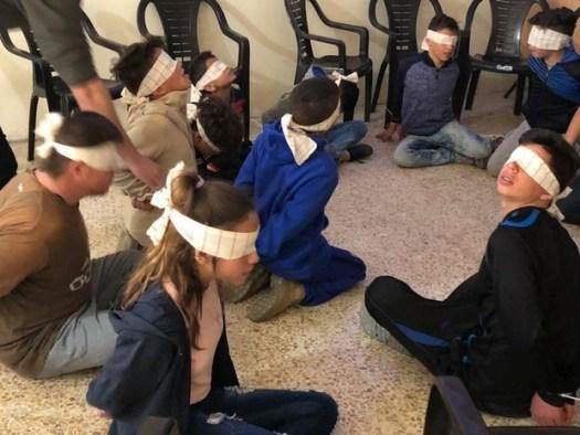 Session de formation sur la détention, les interrogatoires et les procès en Israël pour les enfants du village palestinien de Nabi Saleh (Facebook/Manal Tamimi)