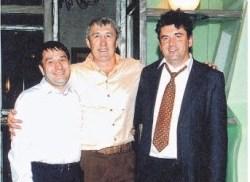 """Alexander Perepelichny (à droite) avec certains de ses """"clients"""", photo prise dans les années 1990."""