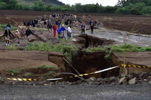 Did the rains expose the terrestrial cracks caused by intense tectonic activity in this region of the world?  (Photo: Tony Karumba / AFP)